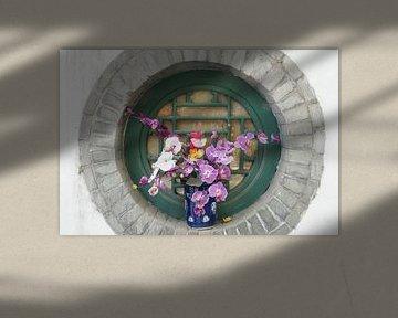 Blumenpaket im buddhistischen Fayuan-Tempel in Peking von Ben Nijhoff