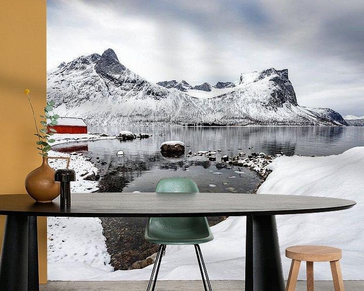 Sfeerimpressie behang: Winterpanorama op het eiland Senja in Noord-Noorwegen van Sjoerd van der Wal