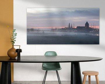 Stadtansicht von Kampen im Nebel. von Evert Jan Kip