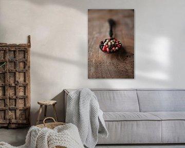 Peperkorrels op een zwarte lepel en Walnotenhout van Ricardo Bouman