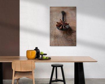 Steranijs op een zwarte lepel en Walnotenhout van Ricardo Bouman