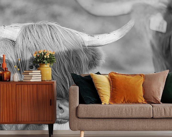 Sfeerimpressie behang: Schotse hooglander in zwart wit van Anneke Hooijer