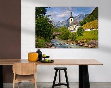 Alpen landschap met kerk en een beekje