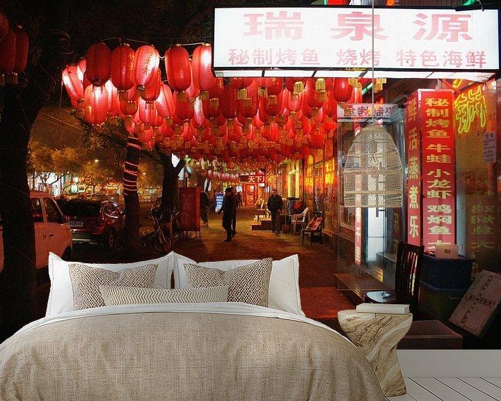 Sfeerimpressie behang: De lampen van Zhangzizhong Straat in Beijing 01 van Ben Nijhoff