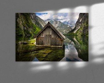 Houten boothuis in het meer de Obersee omringd door bergen