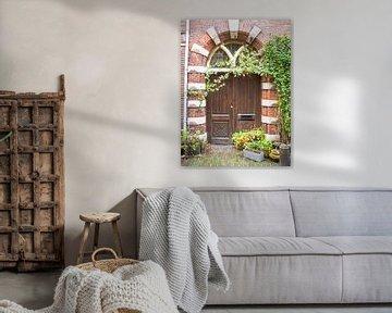 Porte marron avec des plantes