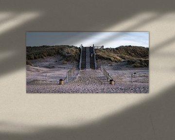 Artistieke opname van een wandelaar op een duintrap in Meijendel van MICHEL WETTSTEIN