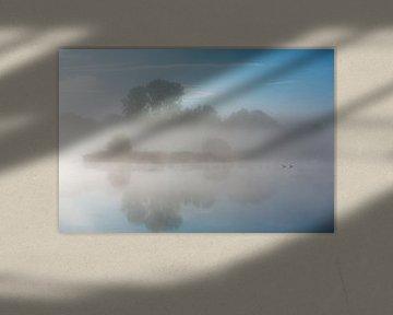 Mist boven de rivier de Drentsche Aa in Drenthe, Nederland van Bas Meelker