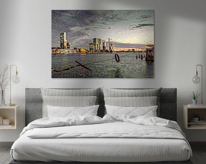 Sfeerimpressie: Stijlvol Schilderij Rotterdam: Ruige Impressie van de maas en skyline Rotterdam van Slimme Kunst.nl