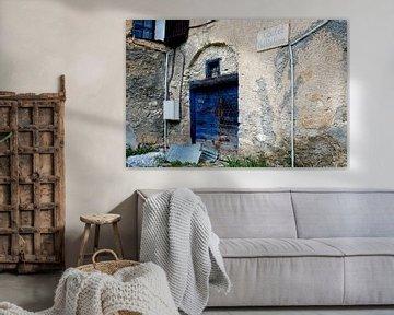 gevel met blauwe deur in Fouillouse van Hanneke Luit