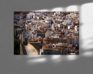 Mensen kijken uit over Alicante, Spanje van Paul van Putten