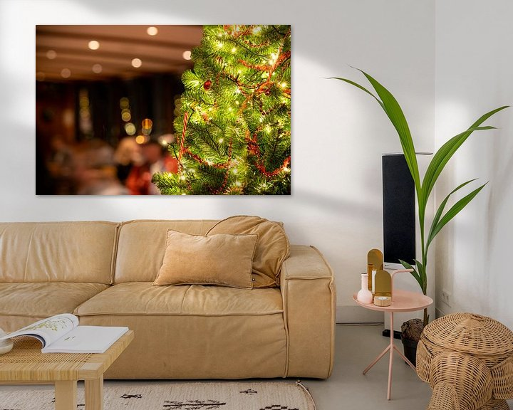 Sfeerimpressie: Verlichte kerstboom in horeca interieur van Fotografiecor .nl