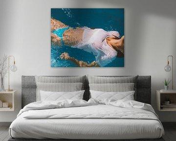 Meisje in bikini in water van Colette der Kinderen