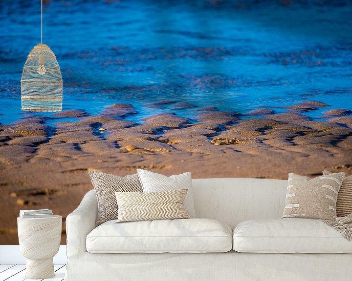Beispiel fototapete: Blaue Wellen an einem braunen Strand von Fred Leeflang