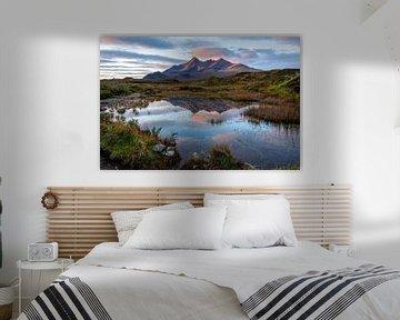 Spiegelbildlicher See mit Bergen bei Sonnenaufgang auf Skye von Annette Schoof