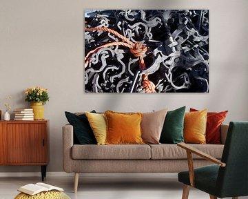 Oranje touw tussen metaal van Mark Nieuwenhuizen