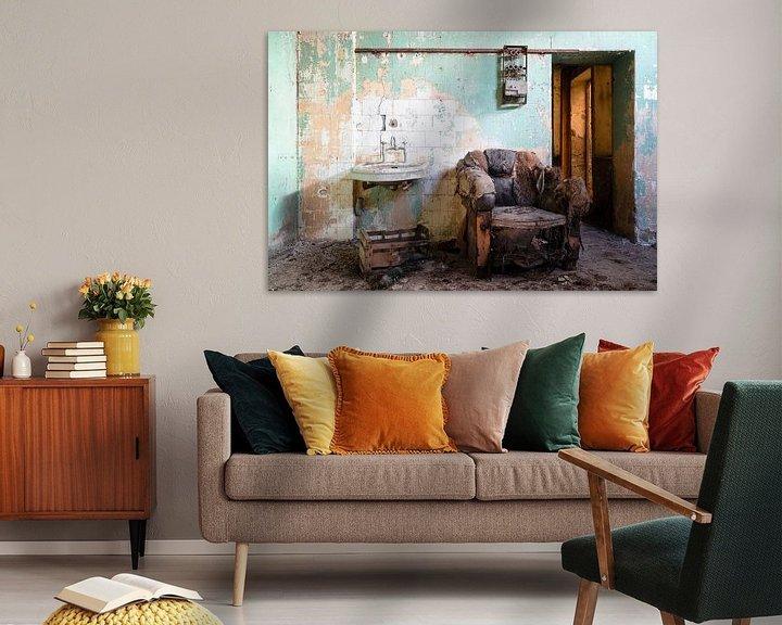 Sfeerimpressie: Oude en Verlaten Stoel. van Roman Robroek