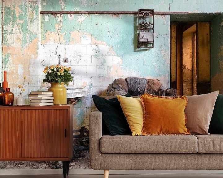 Sfeerimpressie behang: Oude en Verlaten Stoel. van Roman Robroek
