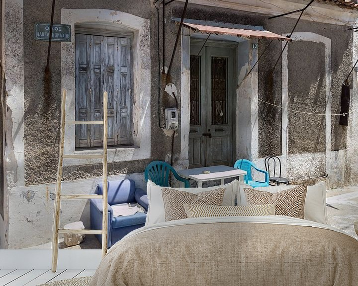 Sfeerimpressie behang: Oud meubilair op Samos van Elly Damen