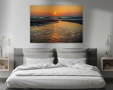 Spiegelung des Sonnenuntergangs am Strand von Fred Leeflang
