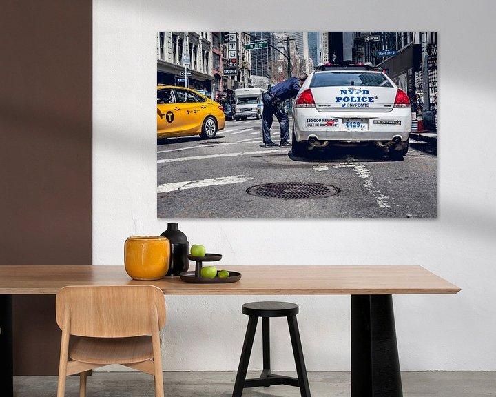 Sfeerimpressie: New York Politie auto en gele taxi van Jan van Dasler
