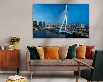 De Erasmusbrug met de Rotterdamse skyline. van Claudio Duarte