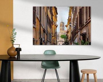 Italiaanse straat met uitzicht op een kerktoren in Rome van Michiel Ton