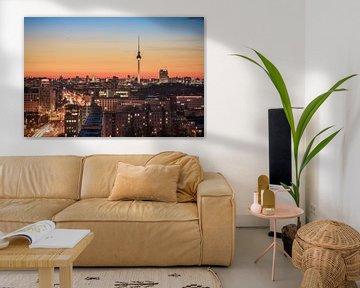 Berlin Skyline an einem Winterabend im Friedrichshain von Jean Claude Castor