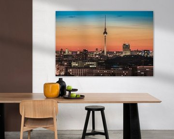 Berlin Skyline mit Fernsehturm am Abend von Jean Claude Castor