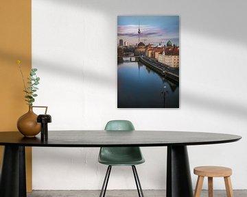Berlin Schiffbauerdamm mit Spree und Bodemuseum zum Sonnenuntergang von Jean Claude Castor