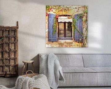 Oude muur van een restaurant met raamkozijn en zonneluiken in  zuid Frankrijk