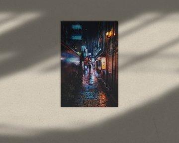 Man door de regen in Osaka van Tom Rijpert