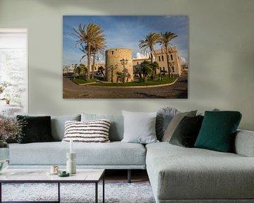 Haven van Alghero op Sardinie, met palmbomen en toren van Joost Adriaanse