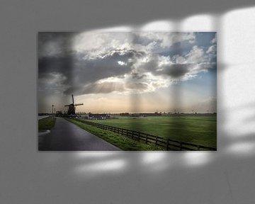 Paysage de polders avec moulin à vent sous un nuage avec harpe solaire