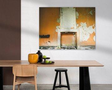 Een oranje muur met schouw van Martijn Tilroe