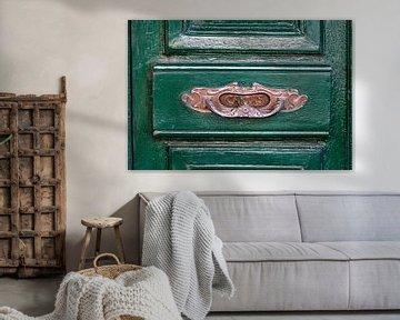 Typisch Spaanse brievenbus op een groene houten deur van Jan van Dasler