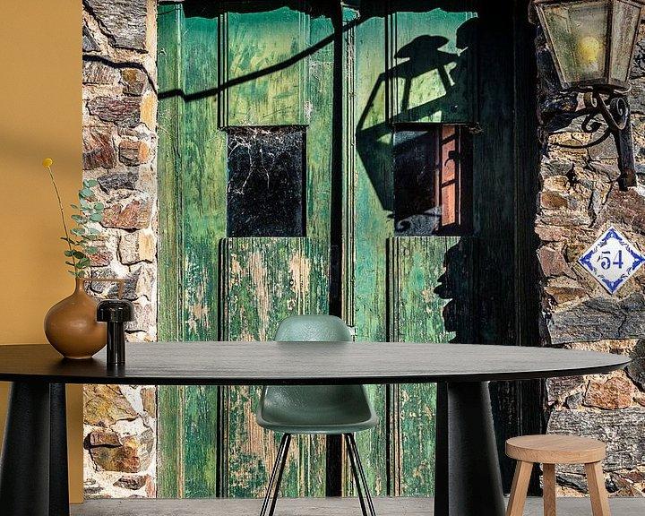 Sfeerimpressie behang: Oude groene houten deur met lantaarn aan de muur van Jan van Dasler