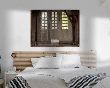 een muur met raam