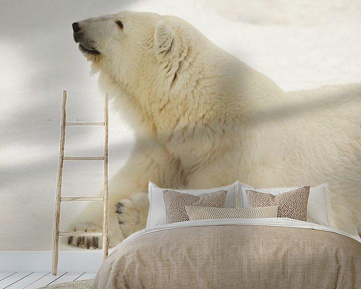 Beispiel fototapete: Porträt einer Polarbestie. Nahaufnahme. Schöner und zufriedener arktischer Eisbär im Winter gegen de von Michael Semenov