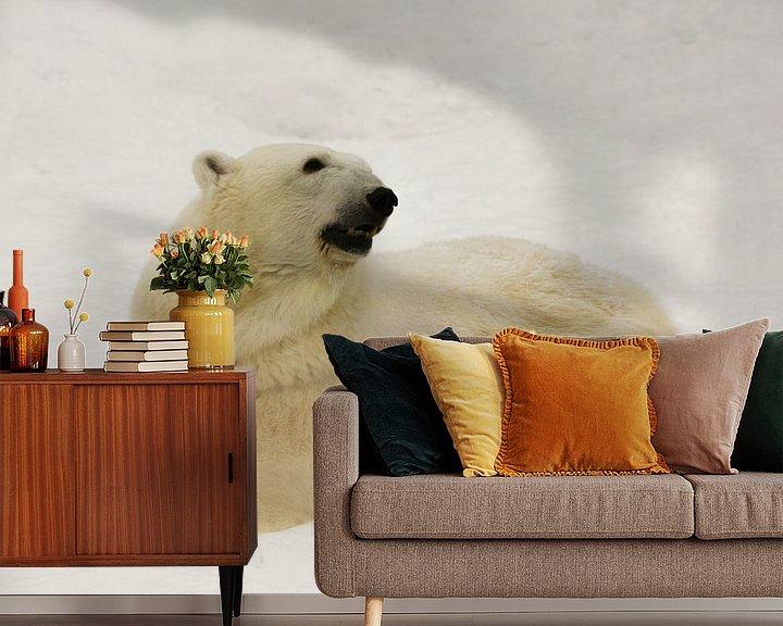 Beispiel fototapete: Ein schöner und zufriedener großer arktischer Eisbär ruht (liegt) im Winter im Schnee. von Michael Semenov