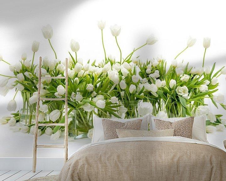 Sfeerimpressie behang: Tulpen Stilleven Wit van Dirk Verwoerd