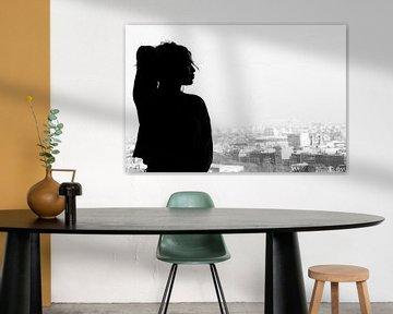 Silhouette einer Frau in einem Fenster von Marian van Ginkel