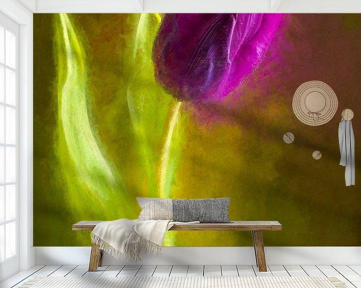 Sfeerimpressie behang: Geschilderde paarse tulp van Arjen Roos