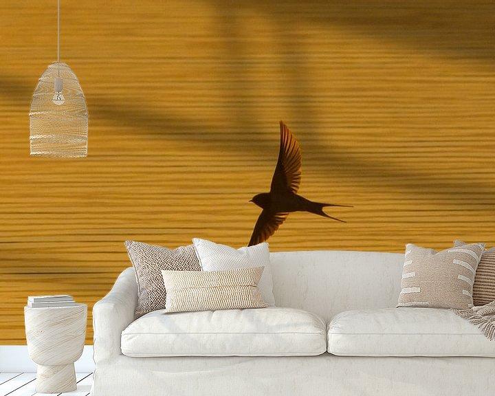 Sfeerimpressie behang: zwaluw van Anne Koop