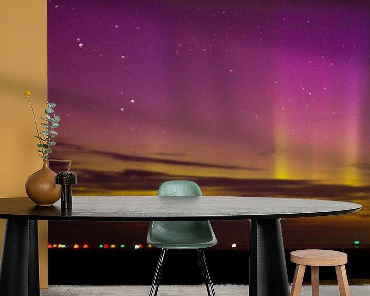 Sfeerimpressie behang: Noorderlicht boven Waddenzee van Anne Koop