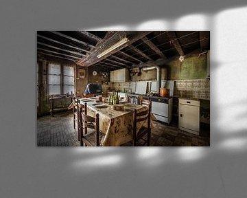 Küche in baufälligem Haus von Inge van den Brande