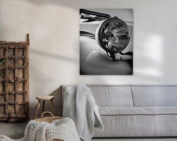De mooie koplamp van een lelijk eendje. van Jeroen Beemsterboer