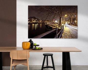 Amsterdam bij nacht in de sneeuw in Nederland van Nisangha Masselink