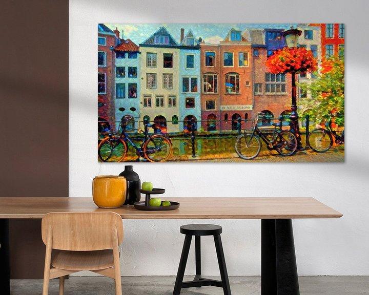 Sfeerimpressie: Kleurrijk Schilderij Grachtenpanden Utrecht van Slimme Kunst.nl
