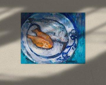 Assiette bleue avec du poisson